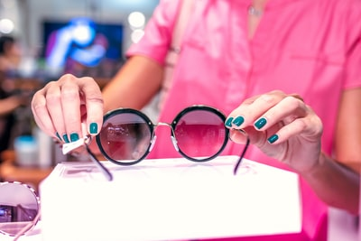 How to choose the perfect glasses frame for your next party
